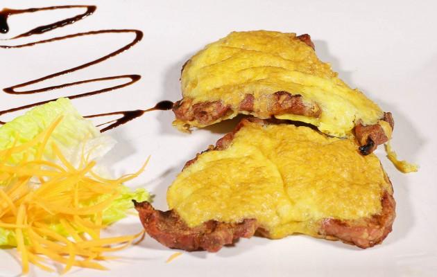 Ceafa de porc in crusta de parmesan