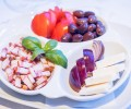 Platou aperitiv rece: slaninuta, telemea, masline, rosii, ceapa (450g)
