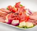 Platou aperitiv rece: pastrama de porc, muschi file, slaninuta, salam Sibiu, telemea, masline, rosii, ceapa (800g)