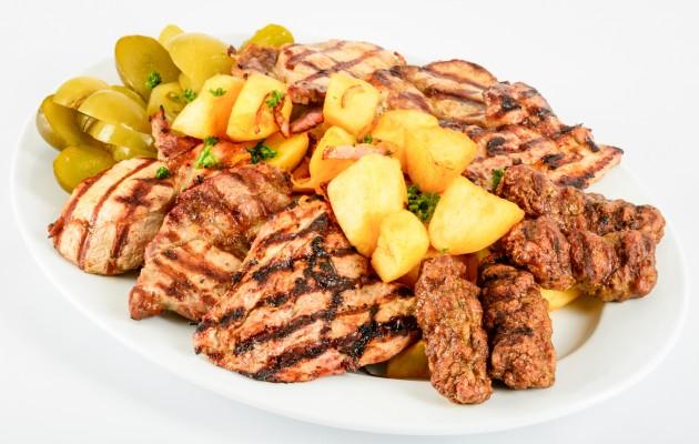 Platou din preparate din porc: ceafa la gratar, muschiulet de porc, cotlet la gratar, mici, cartofi taranesti, muraturi (1600g)